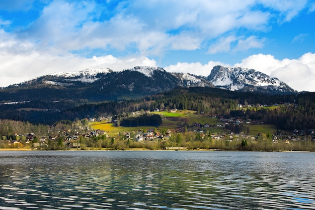 牧歌的なアルプスの山々とハルシュタッター湖を眺めます。オーストリアの晴れた冬の朝