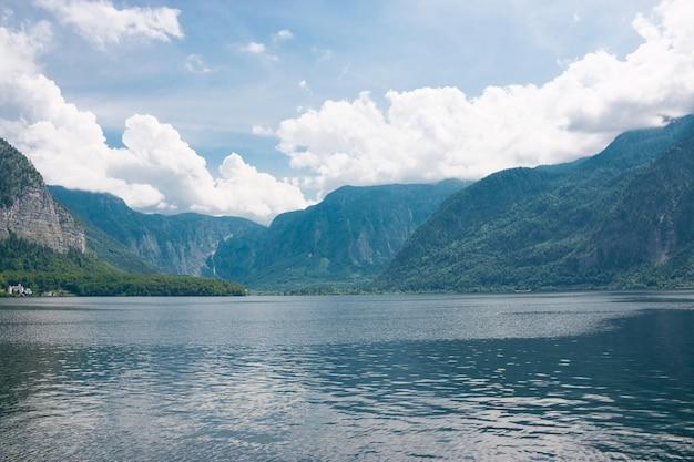 목가적인 알파인 산과 호수를 감상하세요. 유럽 오스트리아 할슈타트의 화창한 여름날