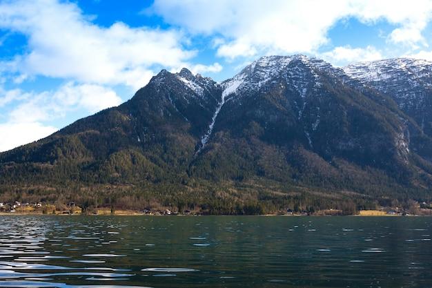 のどかなアルプス山脈、ハルシュタッター湖、渓谷の小さな家を見る