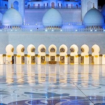 Вид в мечети шейха зайда в абу-даби ночью, оаэ.