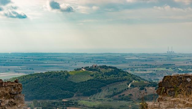Вид на пейзаж тосканы с холма