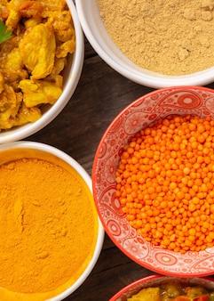 Sopra vista assortimento di cibo indiano