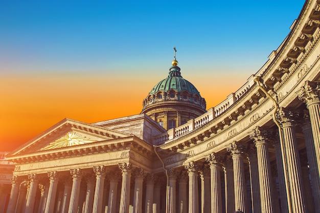 Вид на казанский собор в небе восхода солнца в санкт-петербурге.