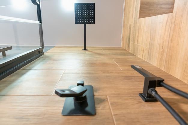 Посмотрите на выложенную плиткой стену шоу на современную прямоугольную лейку для душа с бликами от верхнего света и смеситель на переднем плане.