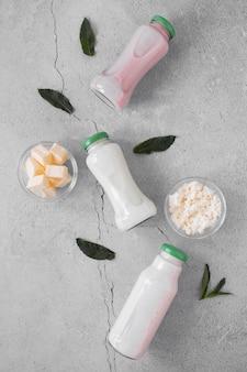 Vista dall'alto disposizione delle bottiglie di latte