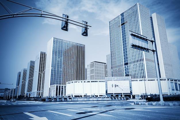 Vista della città moderna in toni di blu