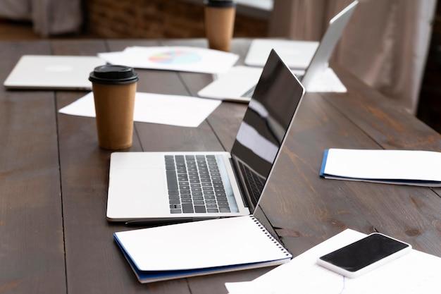 Vista dei moderni computer portatili in ufficio