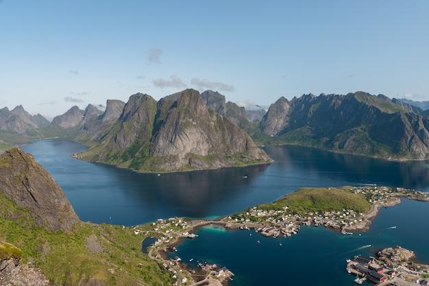 Vista sulle montagne e sul lago da reine island dalla cima di reinebringen, isole lofoten in norvegia