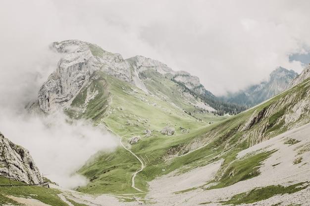 스위스, 유럽, 루체른 국립공원에 있는 필라투스 쿨름(pilatus kulm) 꼭대기에서 산의 풍경을 감상하세요. 여름 풍경, 햇살 날씨, 극적인 푸른 하늘과 화창한 날