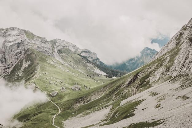 스위스, 유럽, 루체른 국립공원에 있는 필라투스 쿨름(pilatus kulm) 꼭대기에서 산의 풍경을 감상하세요. 여름 풍경, 햇살 날씨, 극적인 하늘과 화창한 날