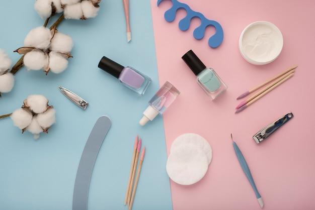 Vista sopra la disposizione degli articoli per la cura delle unghie