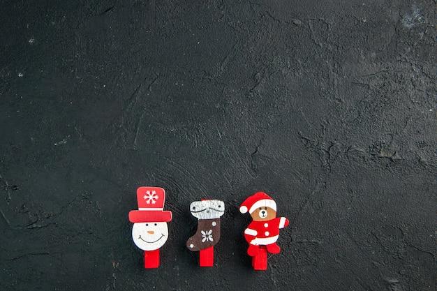 Sopra la vista degli accessori per la decorazione del nuovo anno su superficie nera