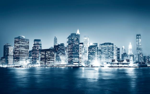 Una vista della città di new york di notte