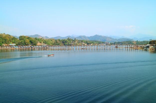タイで最長の手作り木造橋、447メートルの長さのモン橋の眺め