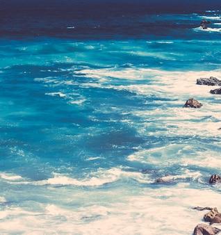Вид на красивую береговую линию атлантического океана в европе, путешествия, отдых и летняя концепция, ваш пер ...