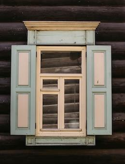아름다운 오래된 나무 창문의 전망