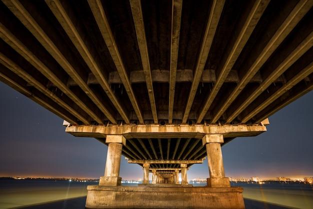 Вид на большой мощный мост