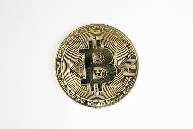 Взгляд биткойна на белом. виртуальная криптовалюта
