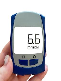 Вид глюкометра с макетом на белом изолированном фоне