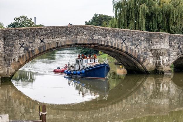 Aylesford의 14세기 다리 아래 보트의 전망