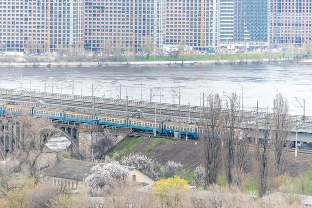Вид на мост с поездом в киеве, украина.