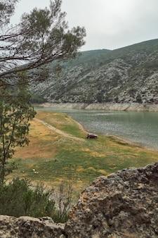 Вид на машину, кемпинг на берегу озера в горах