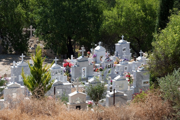 키프로스의 키프로스 마을에 있는 묘지의 전망