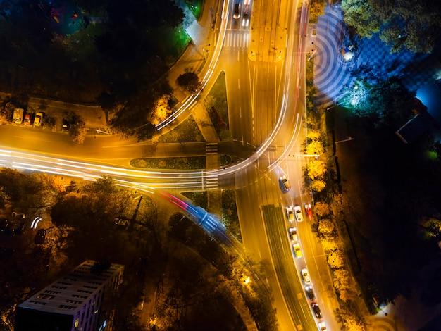 長時間露光、移動中の車、イルミネーション、光の痕跡、ブカレスト、ルーマニアの夜の交差点のビュー