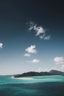 Вид на кристально чистое синее море