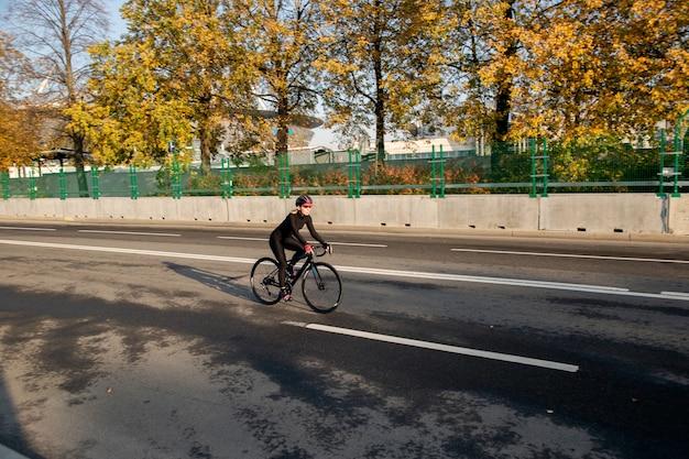 晴れた秋の日のサイクリストの眺め