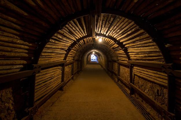 어두운 섬뜩한 마이닝 터널의 전망입니다.
