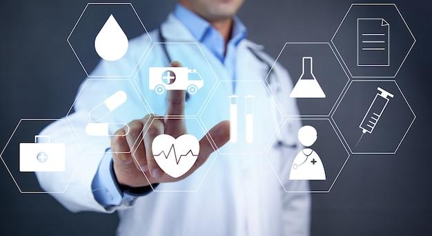 의료 아이콘을 들고 의사의보기