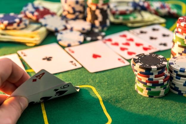많은 포커 카드와 칩 녹색 매트와 함께 게임 테이블의보기. 카지노 게임