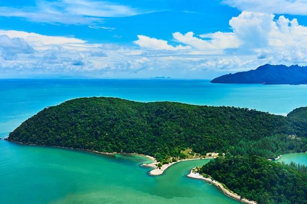 海に浮かぶ緑の熱帯の島の眺め