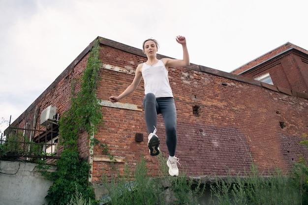 Вид прыгающей спортсменки в полете