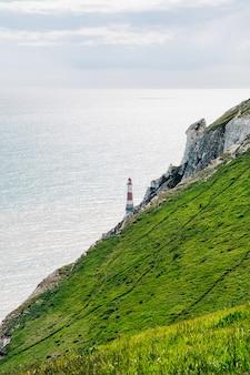 Вид на маяк, стоящий на берегу семи сестер