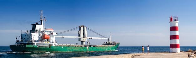 Взгляд длинного рыбацкого корабля выходя через болота ria formosa, расположенный на faro, алгарве.
