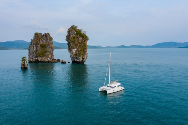 Вид на роскошную белую яхту в синем море
