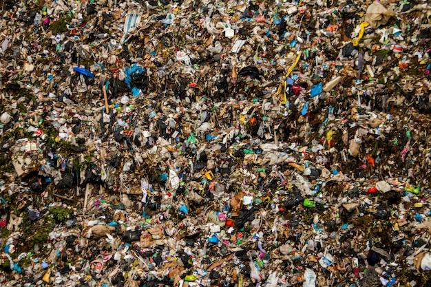 인간의 활동으로 인한 대규모 쓰레기 수거 장의 모습.