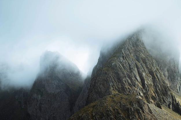 アイスランドの霧のかかったkrossanesfjall山の眺め