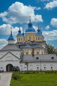 Вид на современную христианскую церковь с голубой крышей. церковь против неба