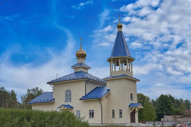 Вид на современную христианскую церковь с синей крышей