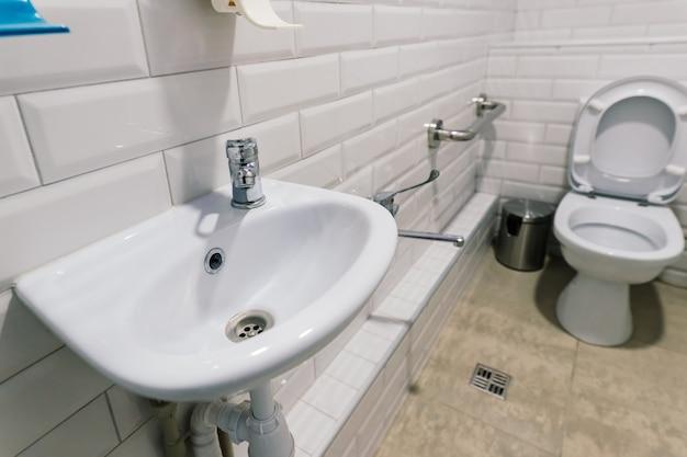 病院用の新しいトイレとバスルームのインテリアの眺め、白くてきれい