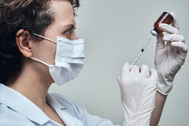 백신 접종을 준비하는 간호사의보기.
