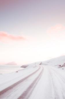 Вид на дорогу, покрытую снегом