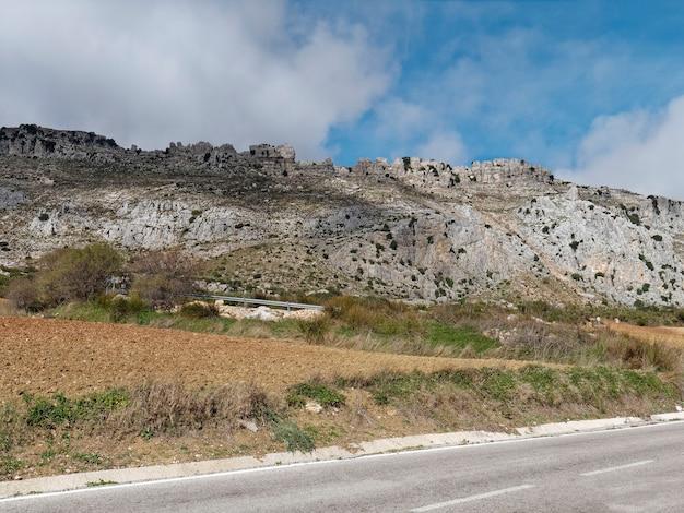 エル トルカル デ アンテケラ自然公園への道の眺め。