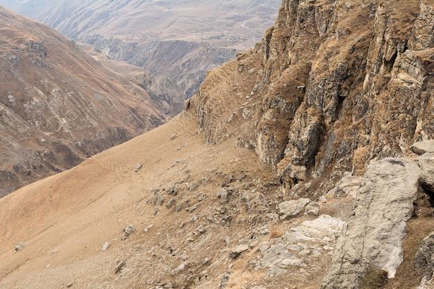 Вид на скалистую гору на фоне песчаного каньона