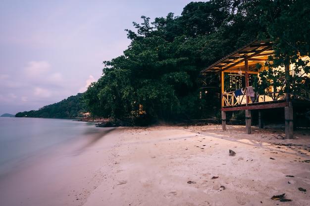 Вид на приморский дом летний фон море и песок красивый океан в сумерках на острове ко вай