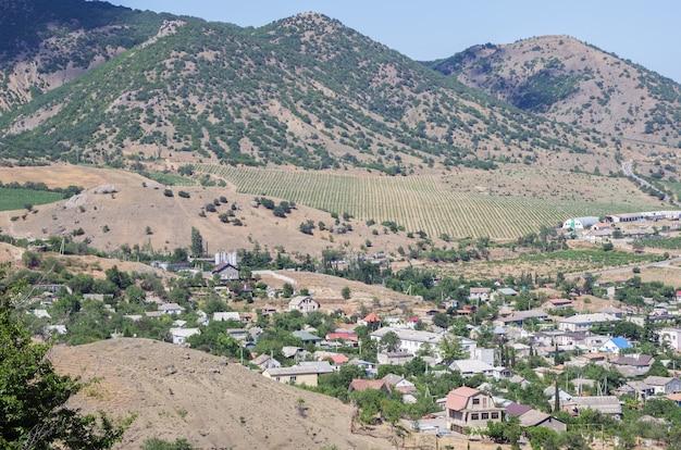 산 골짜기에있는 정착촌의 전망은 별채 포도원을 수용합니다.