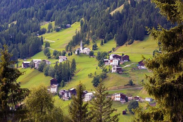 산의 경사면에 위치한 작은 이탈리아 마을의 전망. 돌로미티, 이탈리아